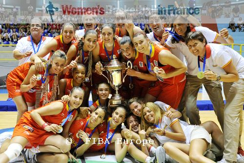 2011   Spain U16 players and staff posing with European Championship trophy © FIBA Europe - Castoria/Gregolin