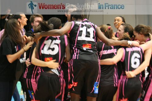 Toulouse Métropole Basket Féminin players celebrating  ©  womensbasketball-in-france.com