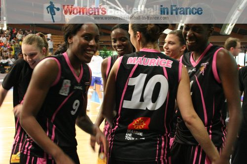 Players from Toulouse happyy after match ©  womensbasketball-in-france.com