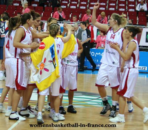 Turkey acknowledge the crowd © womensbasketball-in-france.com