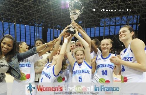 Nantes-Rezé 2011 LFB Challenge Round Winners - Lifting the trophy © 20minutes.fr