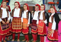 Macedonia traditional dancers © womensbasketball-in-france.com