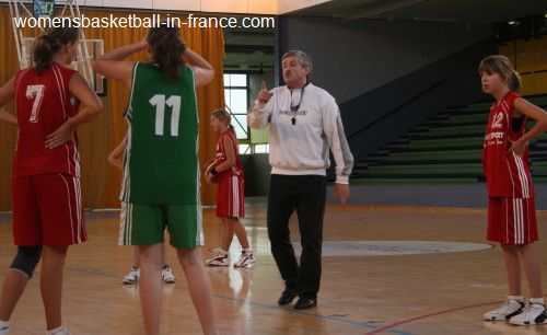youth basketball players watching the official © womenbasketball-in-france.com